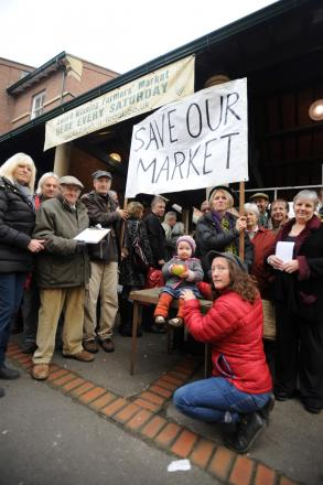 Around 2,000 shoppers put their name to a petition calling on Stroud District Council to reconsider its decision to put the contract to run the town's farmers' market out to tender. Visitors to the market queued on Saturday to sign the petition.